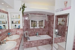 Majolie bathroom 1